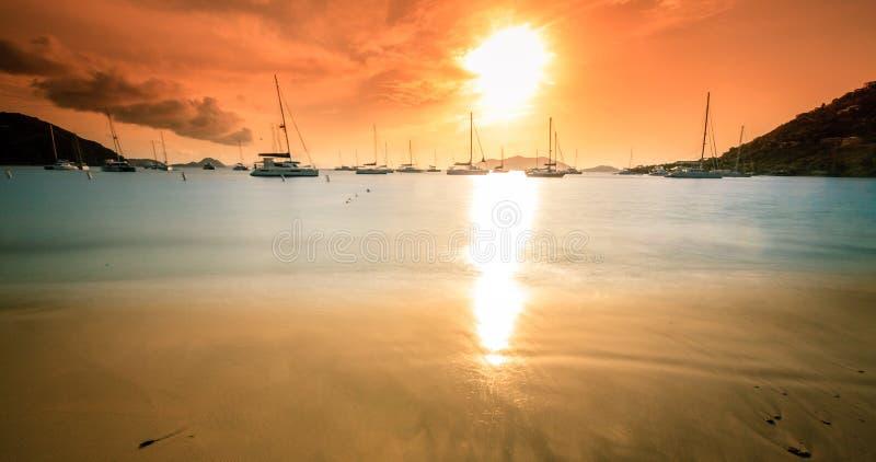 Por do sol em Ilhas Virgens britânicas imagem de stock