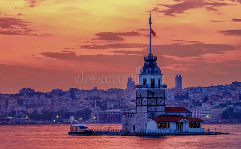 Por do sol em Istambul, Turquia Vista da torre nova e do Bosphorus imagens de stock