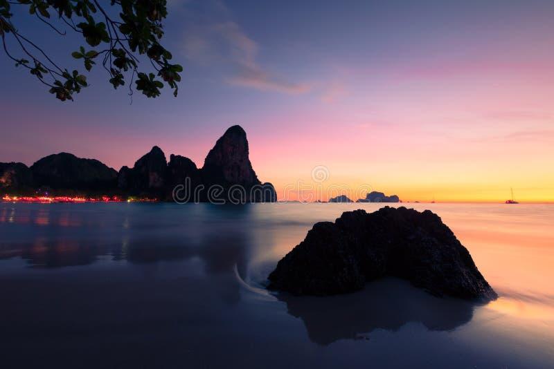 Por do sol em Krabi em Tailândia. imagem de stock royalty free