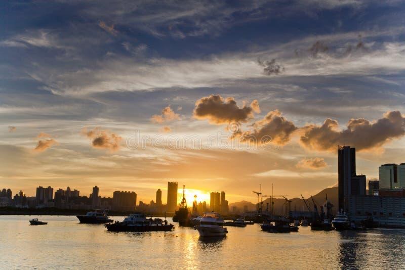 Por do sol em Kwun Tong Promenade, Hong Kong imagens de stock royalty free