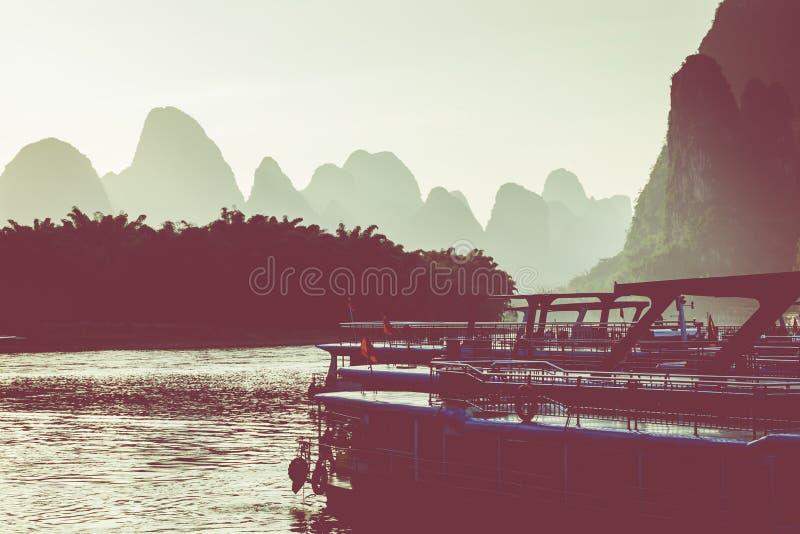 Por do sol em Li River, Xingping, Guilin, China Xingping é uma cidade imagem de stock royalty free