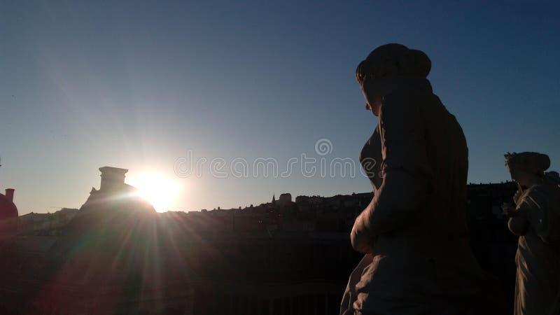 Por do sol em Lyon, França, do terraço do telhado da ópera foto de stock