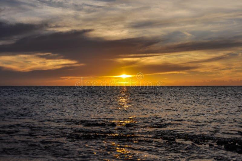 Por do sol em Mana Island em Fiji fotografia de stock royalty free