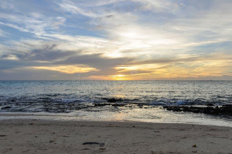 Por do sol em Mana Island em Fiji imagens de stock