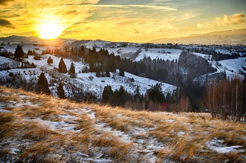 Por do sol em montanhas carpathian fotografia de stock royalty free