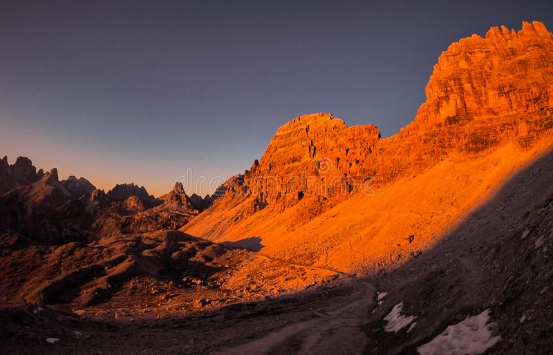 Por do sol em montanhas de Dolomiti foto de stock royalty free