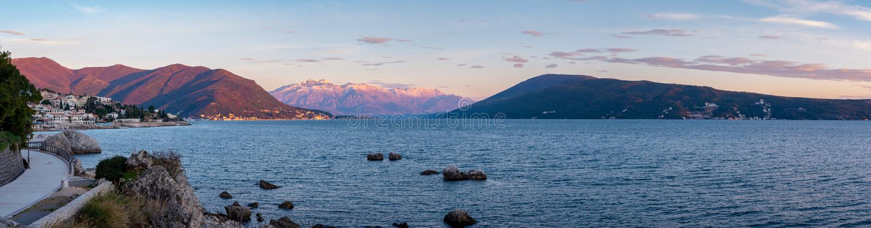 Por do sol em montanhas de Snowtop em Herceg Novi Montenegro fotos de stock royalty free