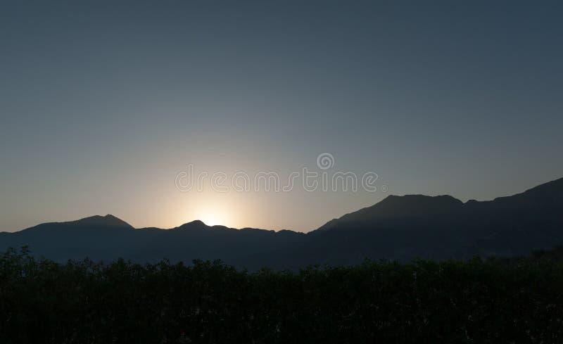 Por do sol em montanhas de um deserto fotografia de stock