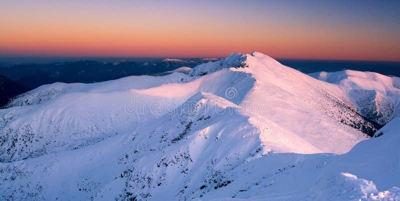 Por do sol em montanhas do inverno fotografia de stock royalty free