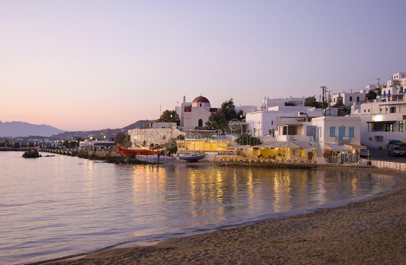 Por do sol em Mykonos - restaurante perto do mar imagens de stock royalty free