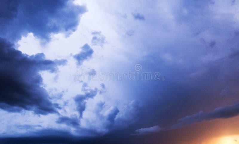 Por do sol em nuvens intensas do temporal do verão imagens de stock royalty free