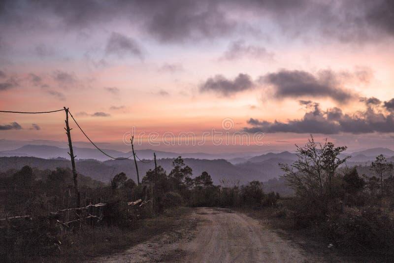 Por do sol em paisagens de Kon Tum em Vietname imagens de stock