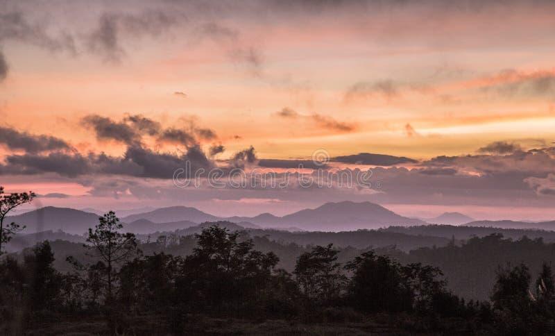 Por do sol em paisagens de Kon Tum em Vietname fotos de stock royalty free
