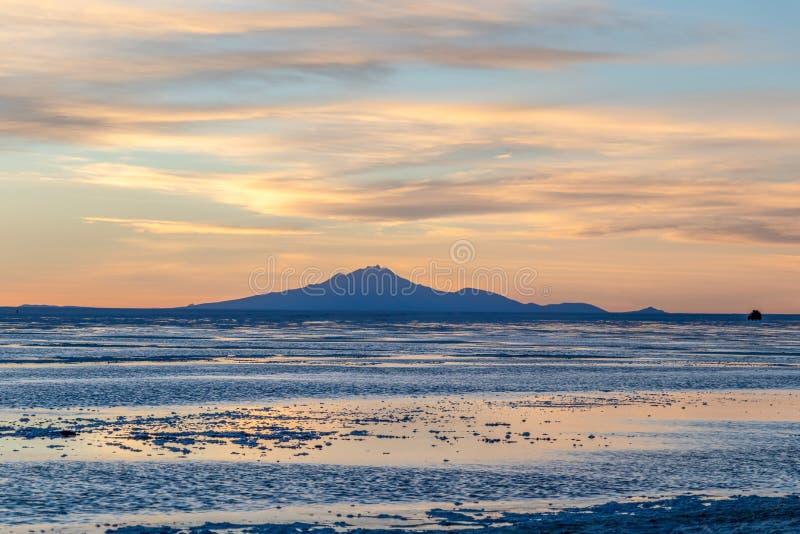 Por do sol em planos de sal de Uyuni em Bolívia, o deserto incrível de sal em Ámérica do Sul fotografia de stock