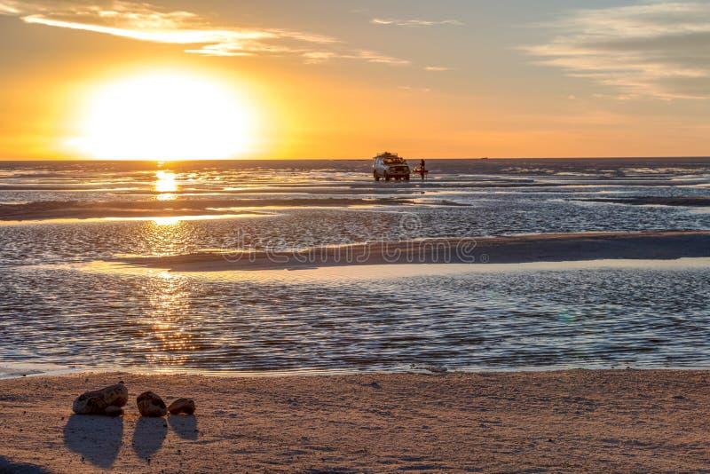 Por do sol em planos de sal de Uyuni em Bolívia, o deserto incrível de sal em Ámérica do Sul fotos de stock
