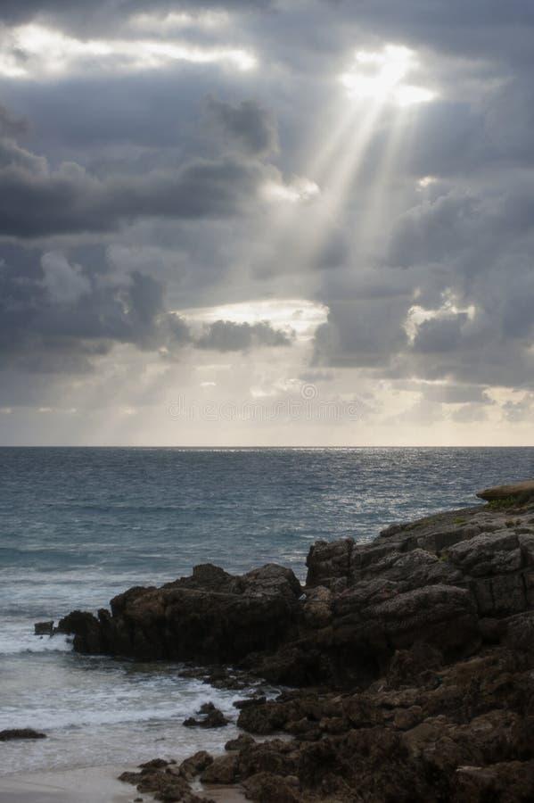 Por do sol em Playa de los Louco em Suances, Espanha foto de stock royalty free