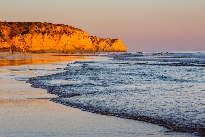 Por do sol em Porto de Mos Beach em Lagos, o Algarve foto de stock