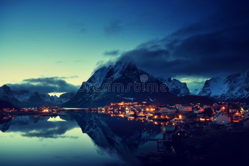 Por do sol em Reine Village, ilhas de Lofoten, Noruega imagem de stock royalty free