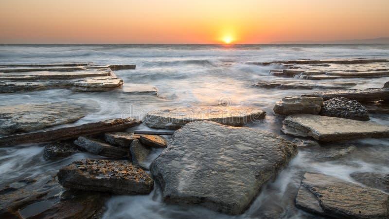 Por do sol em Rocky Beach, Chipre fotografia de stock royalty free