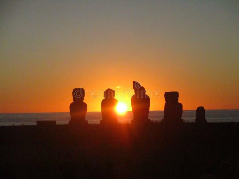 Por do sol em ruínas antigas do moai do tahai do ` s da Ilha de Páscoa fotografia de stock