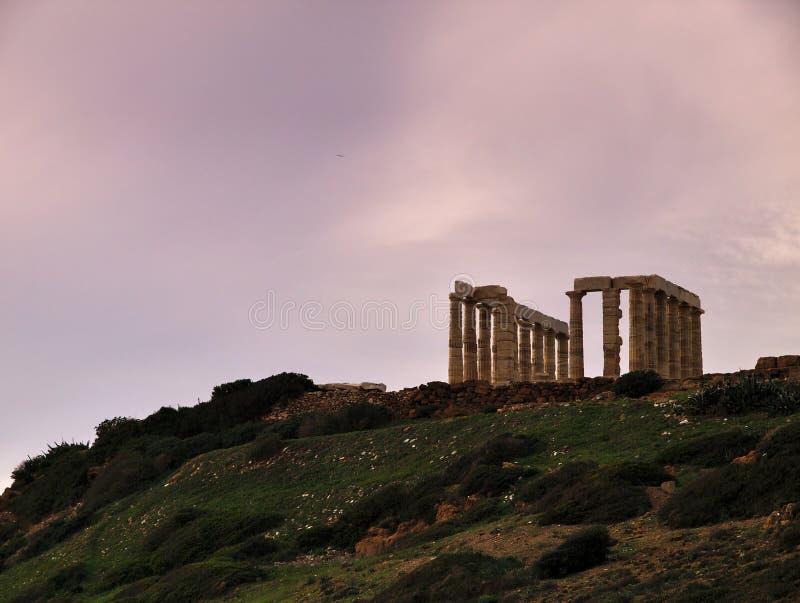 Por do sol em ruínas antigas do templo de Poseidon fotografia de stock
