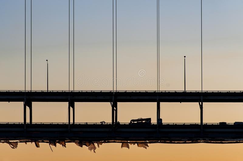 Por do sol em Sherman Minton Bridge - no Rio Ohio, em Louisville, em Kentucky & em Albany nova, Indiana foto de stock