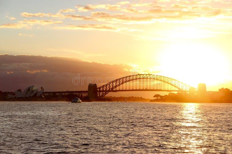 Por do sol em Sydney Harbour Bridge fotos de stock