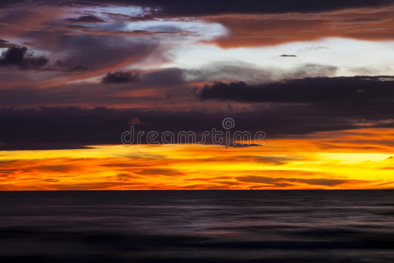Por do sol em Tanjung Aru, Kota Kinabalu, Sabah, Malásia imagem de stock