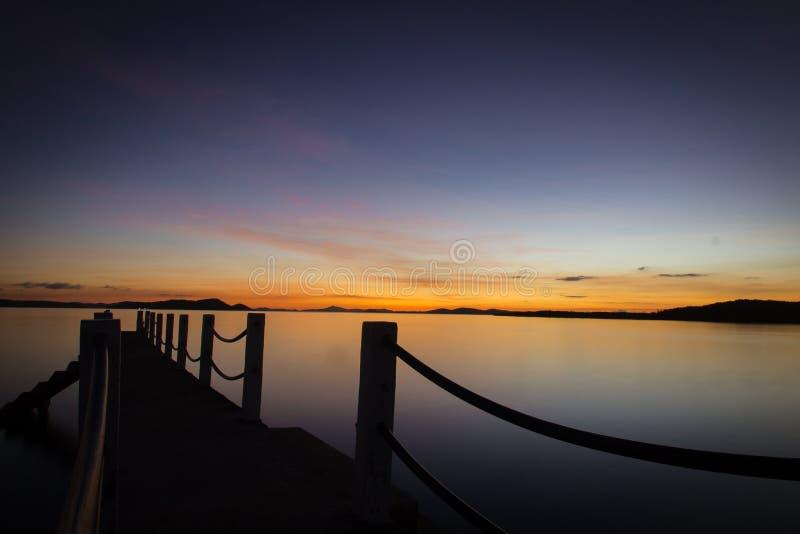 Por do sol em um cais na ilha de Coron, Palawan, Filipinas fotos de stock royalty free