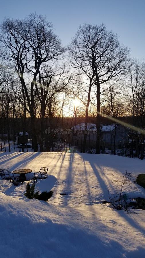 Por do sol em um dia nevado foto de stock