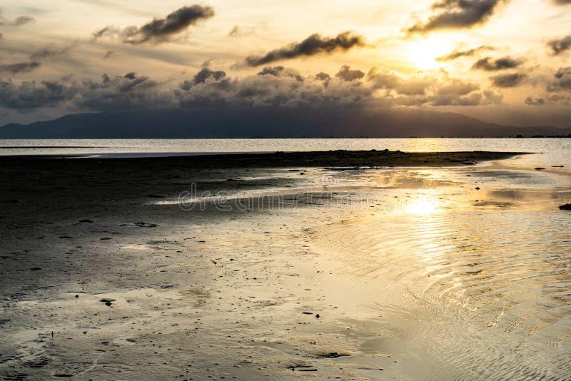 Por do sol em um mar calmo no rio imagem de stock
