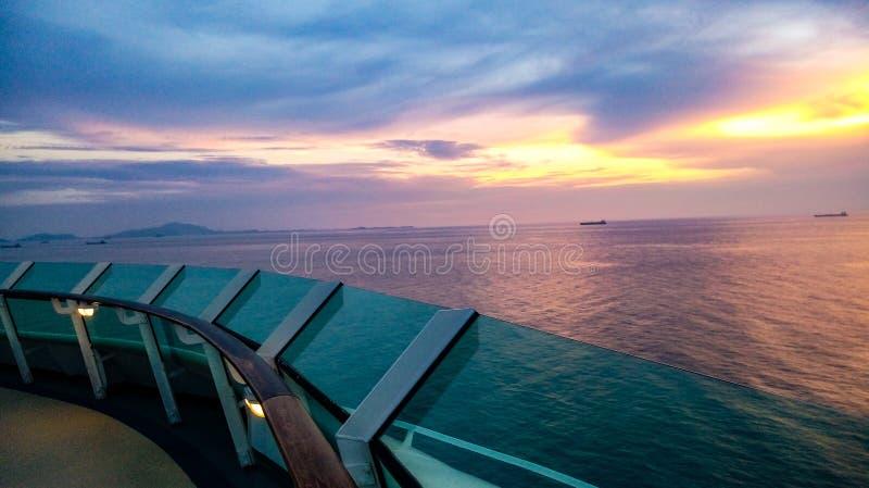 Por do sol em um navio de cruzeiros luxuoso fotografia de stock royalty free