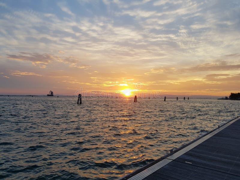 Por do sol em um porto de Veneza imagens de stock royalty free