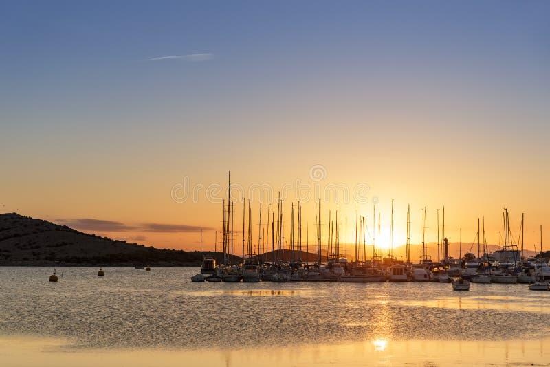 Por do sol em um porto em Manga del Mar Menor em Múrcia fotos de stock