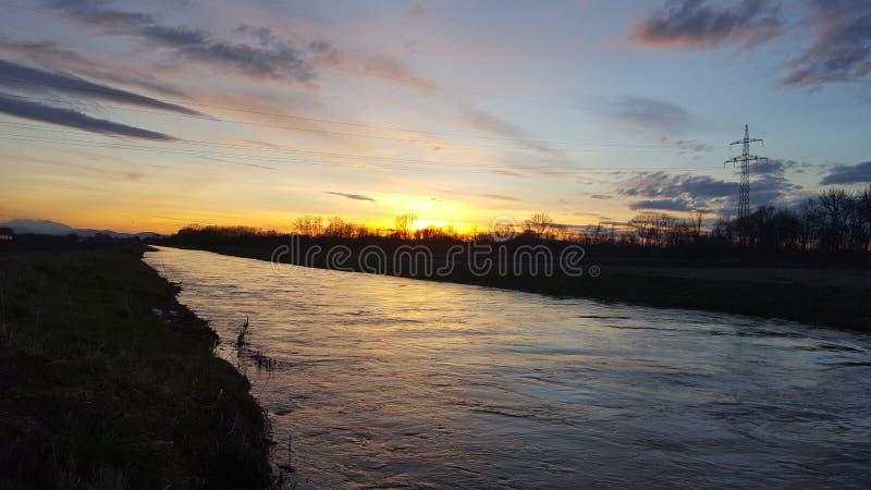 Por do sol em um rio fotografia de stock