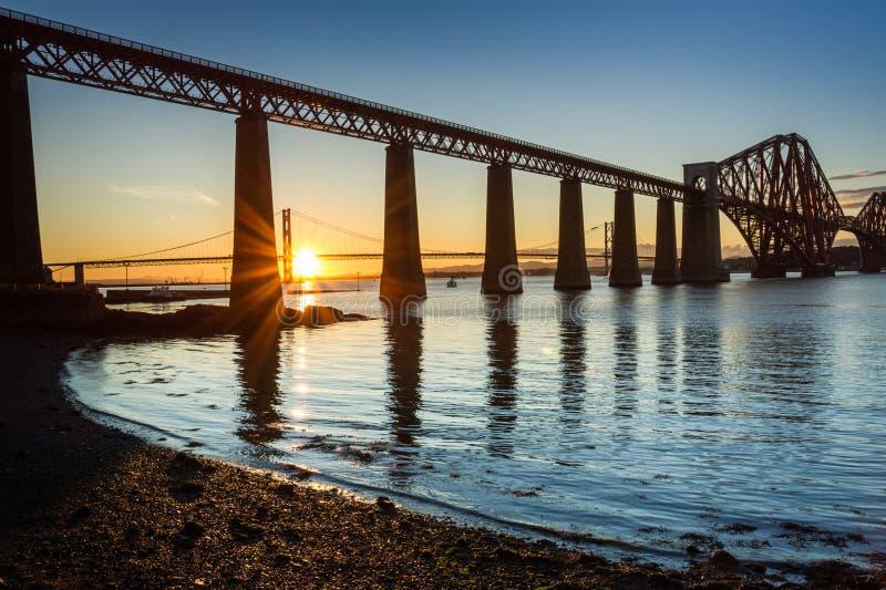 Por do sol entre as duas pontes em Scotland imagens de stock royalty free