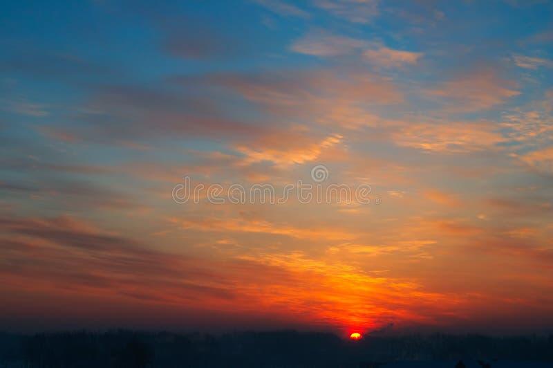 Por do sol escuro na cidade. fotografia de stock