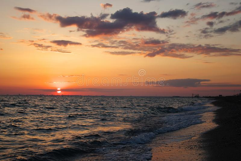 Por do sol espectacular do mar Nuvens no fundo do por do sol fotografia de stock royalty free