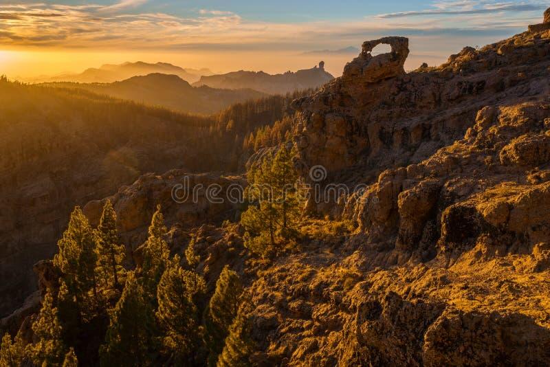 Por do sol espetacular sobre a montanha do nublo do roque em Gran Canaria, dentro imagens de stock