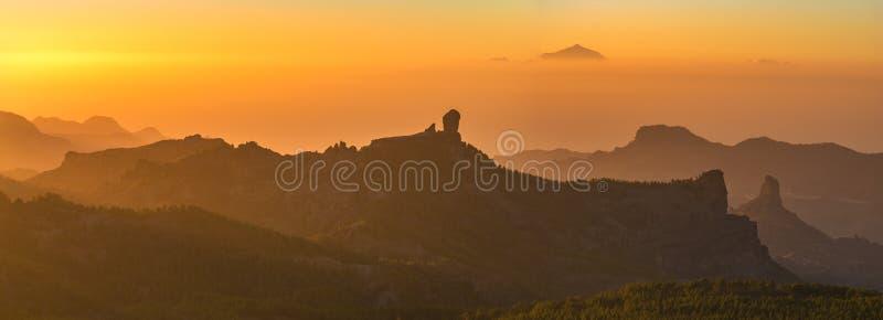 Por do sol espetacular sobre a montanha do nublo do roque em Gran Canaria, dentro fotos de stock