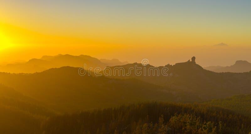 Por do sol espetacular sobre a montanha do nublo do roque em Gran Canaria, dentro imagem de stock royalty free