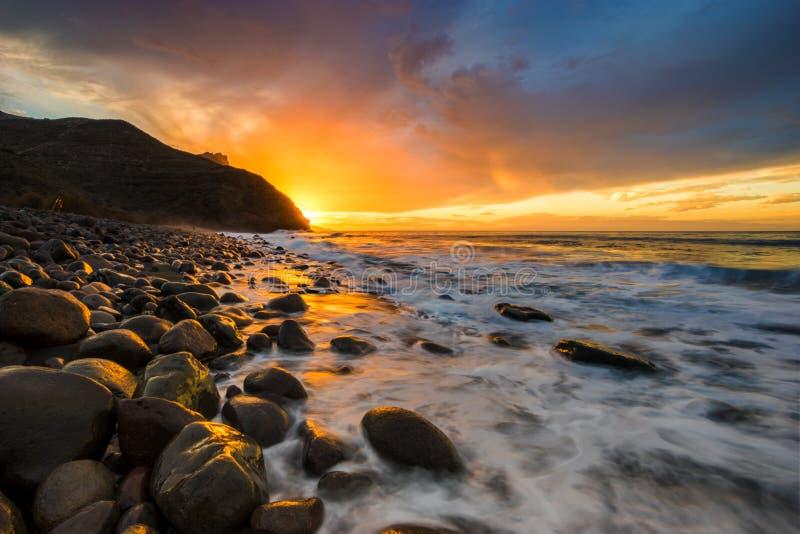 Por do sol espetacular sobre praia do oceano, Risco, Gran Canaria imagens de stock