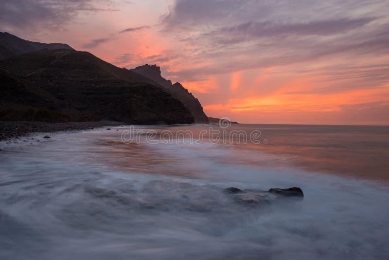 Por do sol espetacular sobre praia do oceano, Risco, Gran Canaria foto de stock