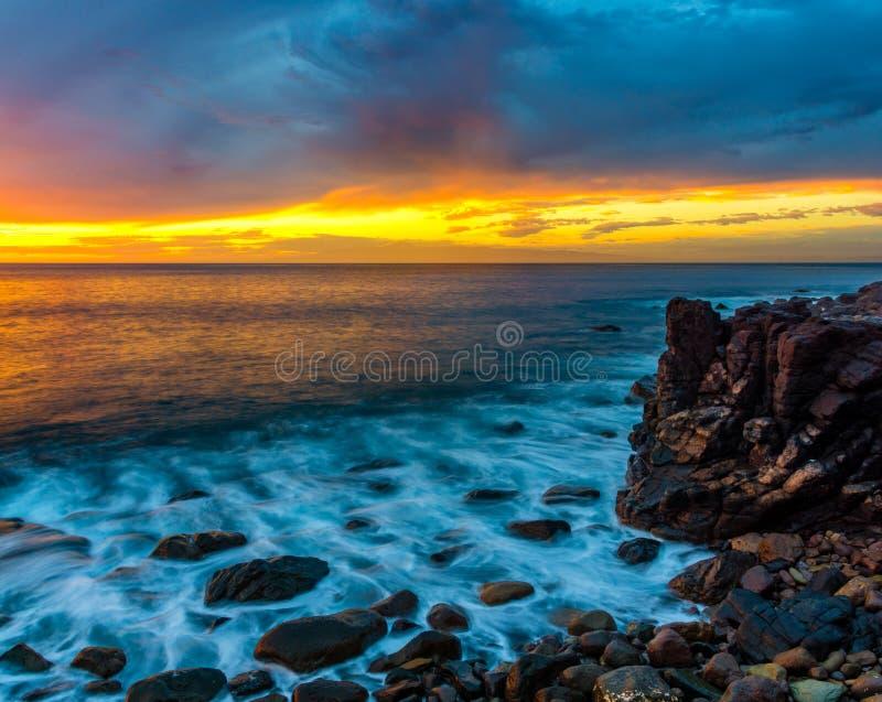 Por do sol espetacular sobre praia do oceano, Risco, Gran Canaria fotos de stock