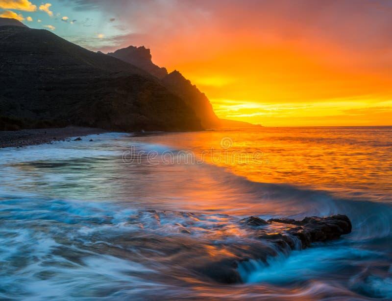 Por do sol espetacular sobre praia do oceano, Risco, Gran Canaria fotos de stock royalty free