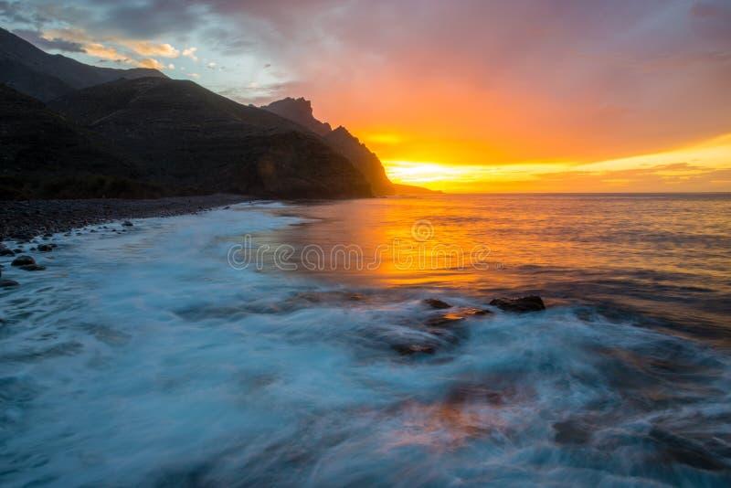 Por do sol espetacular sobre praia do oceano, Risco, Gran Canaria imagem de stock royalty free