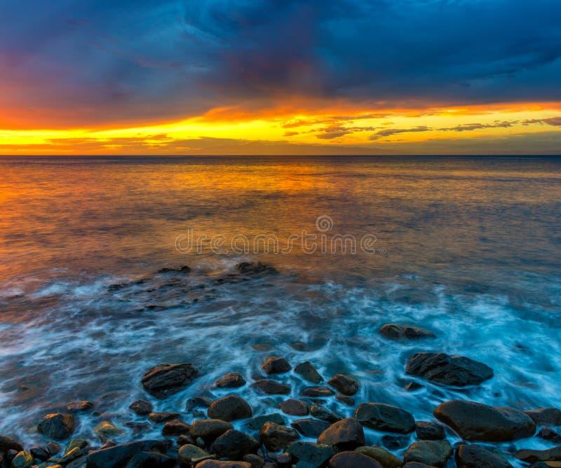 Por do sol espetacular sobre praia do oceano, Risco, Gran Canaria imagens de stock royalty free