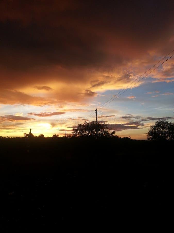 Por do sol esplêndido no dia nebuloso foto de stock royalty free