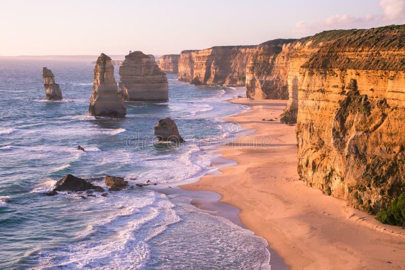 Por do sol estrada Austrália do oceano de doze apóstolos na grande fotografia de stock