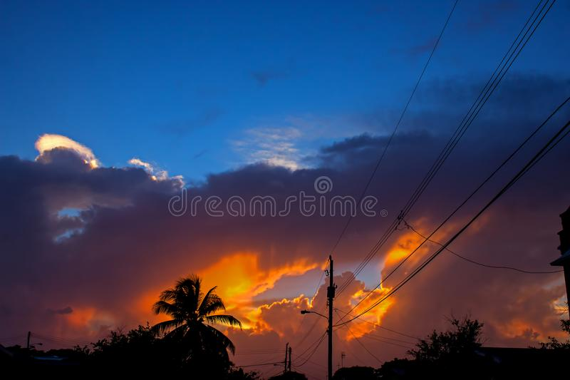 Por do sol explosivo de matiz alaranjadas sobre a costa oeste de Barbados foto de stock